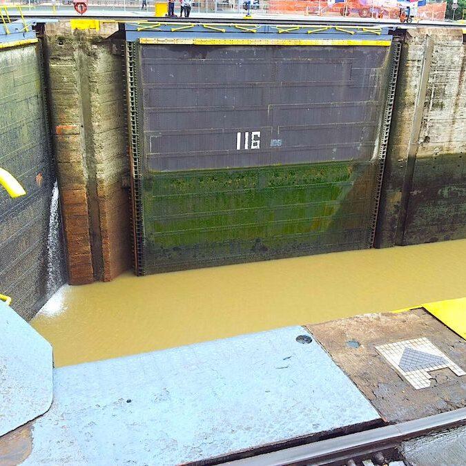 komsol Panamakanal Schleusen Kanaele Schleusenkammern Betonwaende Salzwasser Suesswasser Innerseal Schleusenwaende Kammer Innerseal